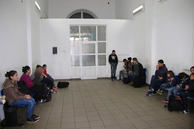 Numerosul grup, în sala de aşteptate a Gării Burdujeni