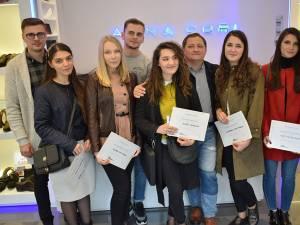 Dumitru Parasca, leasing manager, şi Andreea Cornea, marketing manager, împreună cu câştigătorii concursului