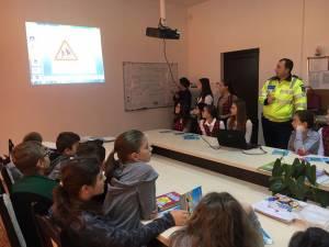 Grupuri mari de elevi au fost angrenate în activităţile de prevenire