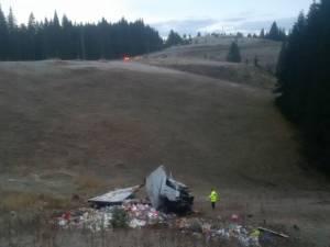 Camionul răsturnat sâmbătă a fost distrus în totalitate, iar marfa s-a împrăştiat pe o rază de câteva zeci de metri