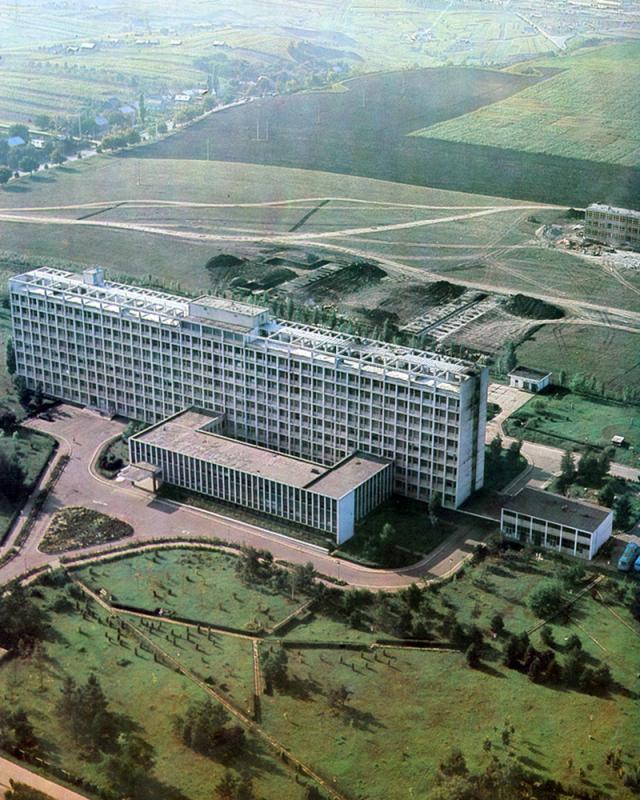 Spitalul Judeţean Suceava şi primele fundaţii pentru construirea Liceului Sanitar, într-o vedere aeriană din anul 1976. În spate se vede noua Şcoala Generală Nr. 4, deja ridicată