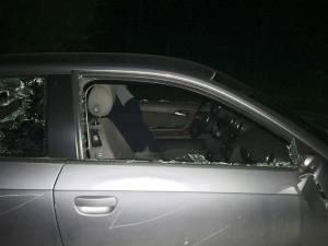 Maşina unei poliţiste de frontieră, distrusă cu un topor