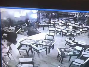 Imagine din timpul agresiunii, în care se văd cei doi bărbaţi care au tăbărât cu săbiile pe cei veniţi să-i bată