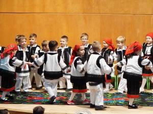 """Zeci de preșcolari au participat la activitatea """"Bun venit la șezătoare!"""", desfășurată joi la Casa de Cultură Suceava"""
