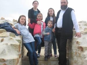 Preotul Gavril, impreuna cu familia