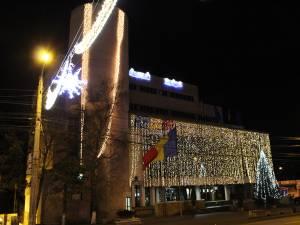 Ornamentele de sărbători, montate pe timp de noapte, în municipiul Suceava