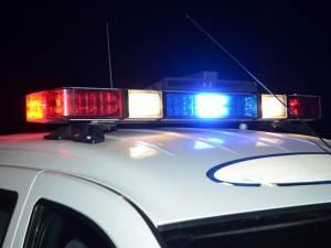 Urmărit de polițiști, un tânăr fără permis a intrat cu mașina într-un gard