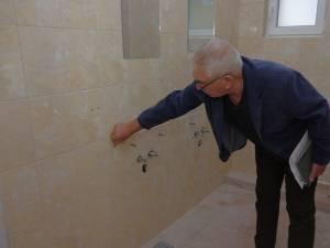 Primarul Constantin Moroșan ne arată de unde au fost scoase chiuvetele