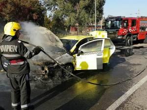 Un taxi a luat foc pe o stradă din Suceava