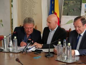 Marius Ursaciuc (stânga) a semnat contractul de finanţare pentru proiectul O.A.Z.A.