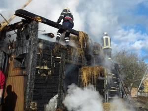 Incendiul puternic de la Vicovu de Sus a distrus adăpostul de animale, șura și o magazie a gospodăriei