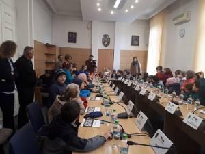 """Elevi de la Şcoala Gimnazială """"Regina Elisabeta"""" din municipiul Rădăuţi, în vizită la sediul primăriei"""