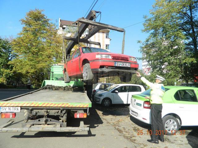 Sute de rable abandonate pe străzile municipiului Suceava, prin parcări sau pe spaţii verzi, ridicate