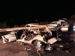 Autoturismul în care şi-au pierdut viaţa cei cinci tineri după ce au fost mistuiţi de flăcări
