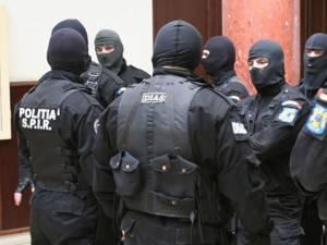 Un echipaj al Serviciului de Acţiuni Speciale Suceava i-a imobilizat şi încătuşat pe cei doi
