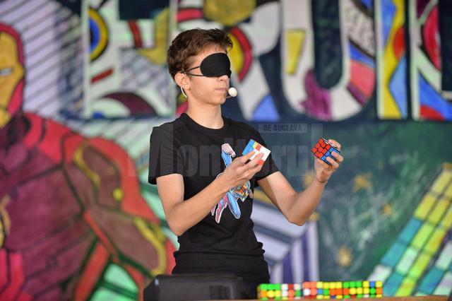 Elevul Matei Gălăţanu, care a rezolvat simultan două cuburi Rubik legat la ochi