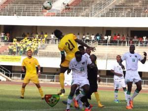 Mijlocașul Forestei, primul din stânga imaginii, la meciul de debut la naționala statului Togo. sursă foto buzzdutogo.com