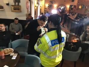 Ziua mondială de comemorare a victimelor accidentelor de circulaţie, marcată la cafeneaua la care şoferii băuţi îşi pot lăsa maşinile în custodie