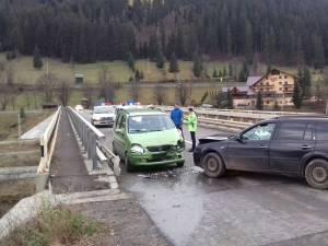 Podul de pe care a fost îmbrâncită fata şi cele două maşini avariate
