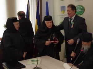 """Maica stareţă a Mănăstirii Voroneţ, stavrofora Margareta-Irina Pântescu, a fost decorată astăzi cu ordinul naţional """"Pentru Merit"""""""