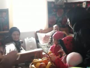 Preșcolari de la Fălticeni le-au donat fructe bătrânilor de la Căminul Buciumeni