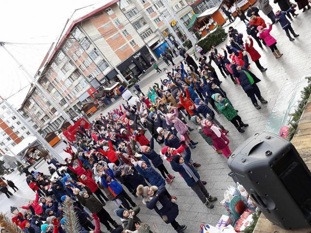 Aproximativ 150 de copii s-au adunat lângă bradul din centrul municipiului Suceava şi au realizat un dans sincron, un flashmob