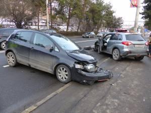 În urma intrării pe contrasens și a impactului violent, cele două autoturisme au fost avariate