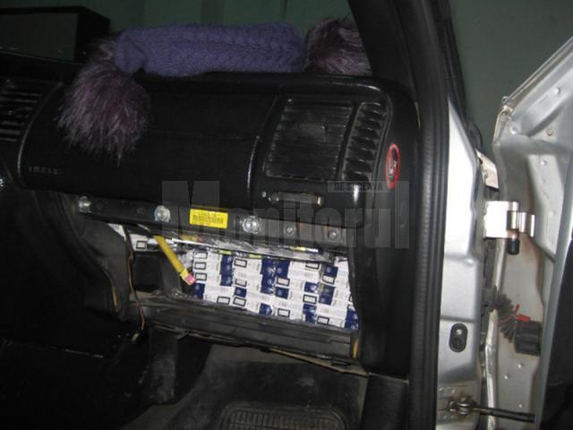 Autoutilitară Mercedes şi aproape 15.000 de pachete de ţigări, confiscate de poliţişti în trafic