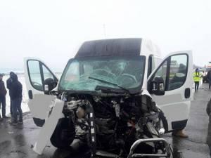 Cercetările au arătat că şoferul microbuzului se face vinovat de producerea accidentului, după ce a depăşit pe linie continuă