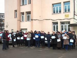 În jur de 50 de angajaţi de la Agenţia Judeţeană de Ocupare a Forţei de Muncă Suceava şi de la Agenţia Judeţeană de Plăţi şi Inspecţii Sociale Suceava au protestat ieri