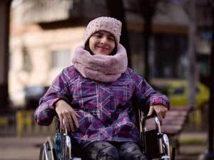 Oana suferă de tetrapareză spastică și se poate deplasa doar cu ajutorul unui scaun cu rotile