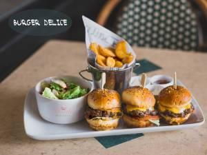 Un delicios meniu cu trei mini burgeri vă poate încânta cu siguranţă gustul
