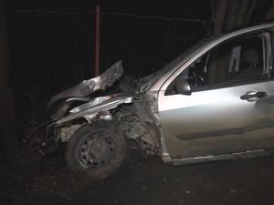 În autoturism se aflau patru tineri, doi dintre aceştia fiind răniţi