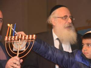 David Dey a aprins lumânările de Hanuka, alaturi de prim-rabinul Rafael Schaffer