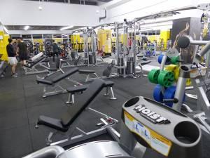 Sala de fitness beneficiază de o varietate impresionantă de aparate, produse de firme de top