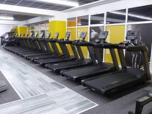 Un număr de 14 benzi de alergare își aşteaptă iubitorii de mişcare la Connect Fitness Center
