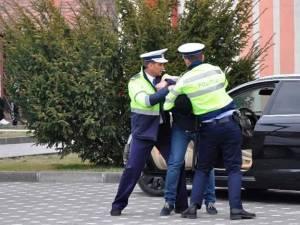 Reprezentanții IPJ Suceava atrag atenţia că se poate interveni în forţă în cazul în care persoanele care sunt legitimate devin violente, chiar şi verbal