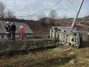 Microbuzul s-a răsturnat în curtea unui localnic după ce a lovit un stâlp de beton