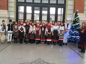 """""""Să colindăm la Porţile Bucovinei"""", recital de poezii şi concert de colinde susţinut de elevii de la  """"Miron Costin"""" în Gara Suceava"""