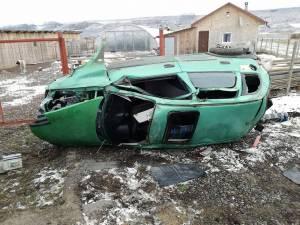 Cel aflat la volan a pierdut controlul direcţiei, maşina răsturnându-se în afara şoselei În urma impactului puternic, cel de la volan a fost rănit