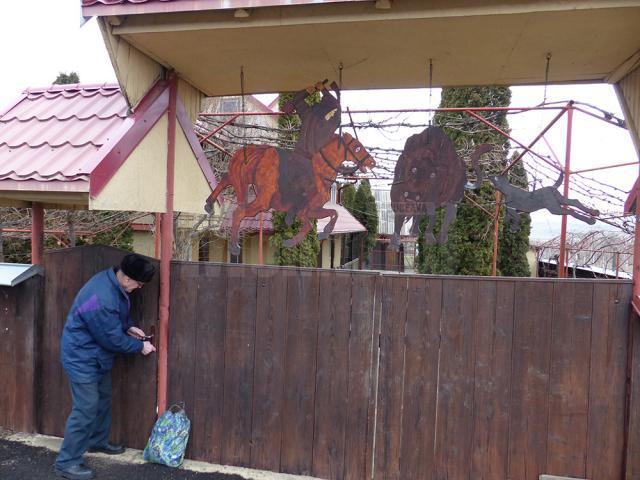 Scene istorice realizate de Grumazescu, expuse la intrarea în gospodăria sa