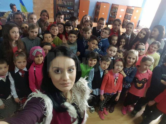 Ștefania Iacob în mijlocul copiilor