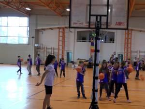 Copiii din centrele de plasament și cele de zi au fost învățați să joace baschet