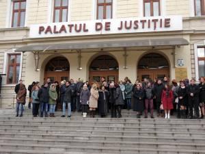 Circa 80 de magistraţi au protestat ieri, timp de jumătate de oră, în faţa Palatului de Justiţie din Suceava