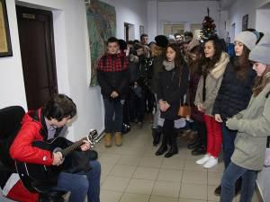 Elevii din clasa a 7-a C a Școlii Gen. Nr. 1 Suceava au colindat marți dimineață sediul Monitorului de Suceava
