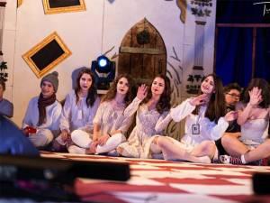 """Christmas with the Addams, spectacolul pus în scenă de elevii de la Colegiul """"Petru Rareș"""" Suceava"""
