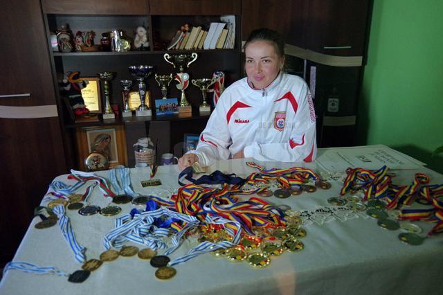 Viviana Bejinariu cu medaliile câştigate de la juniori şi până la seniori