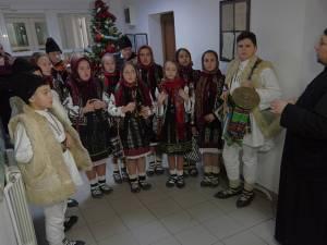 Un grup de elevi de la Liceul Tehnologic Cajvana a colindat ieri redacţia Monitorului de Suceava