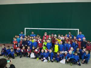 Copiii legitimați la clubul de fotbal ACS Luceafărul 2012 Suceava s-au întâlnit, miercuri, cu Moş Crăciun