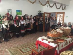 """Bătrânii de la Căminul """"Victor"""" din Ilișești, colindaţi de elevii Școlii Ciprian Porumbescu"""